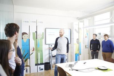 Stefan Kleineikenscheidt bei einer Teambesprechung in den Räumen von K15t Software.